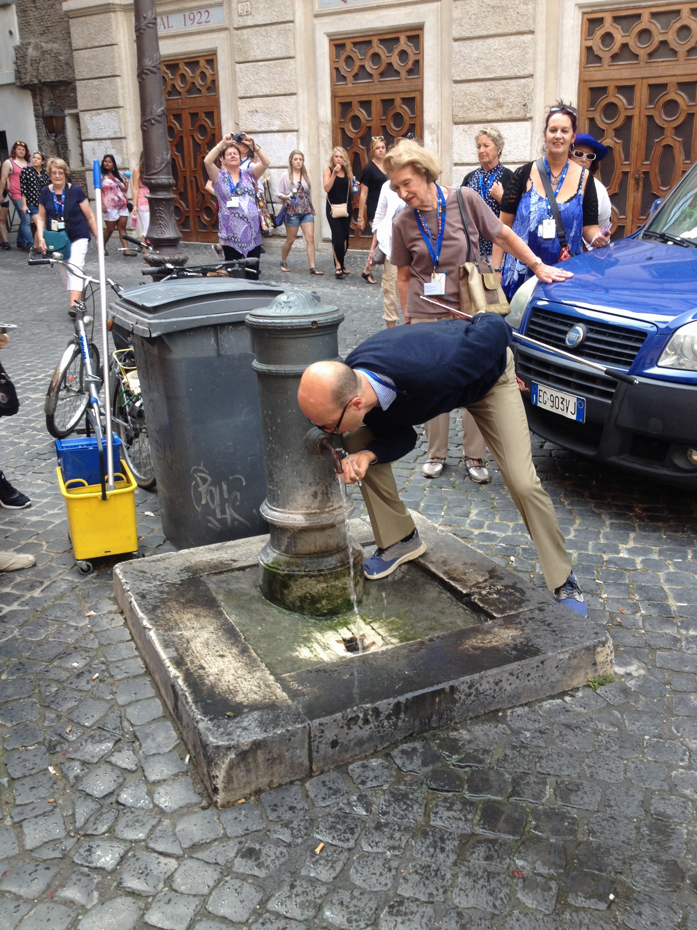 Vittorio shows us how to drink water